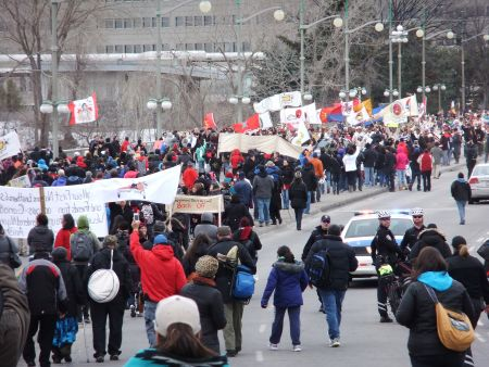 Hundreds rally on Portage Bridge to greet Nishiyuu Youth. Photo: Andy Crosby